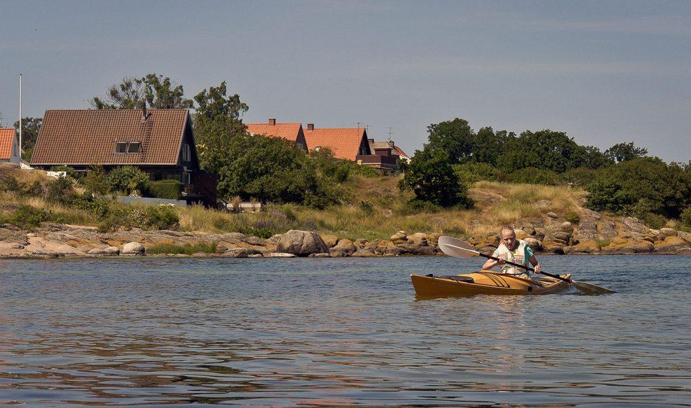 PÅ HAVET: Kajakk er en strålende måte å bli kjent med skjærgården rundt Bornholm på.