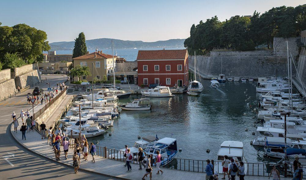 LAGUNE: Langs havnepromenaden i Zadar.