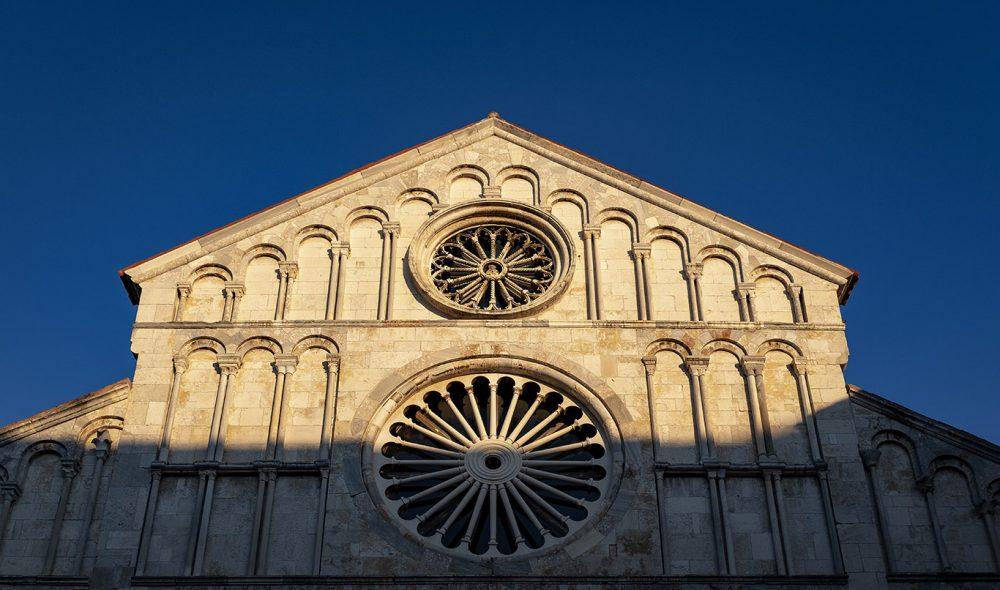 KIRKEBYGG: Detalj av den gamle basilikaen ved det gamle forum i Zadar.