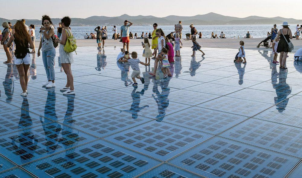 LYSORGEL: Kunsteren Nikola Bašić er også kunstneren bak den spesielle lydinstallasjonen i havna i Zadars gamleby.