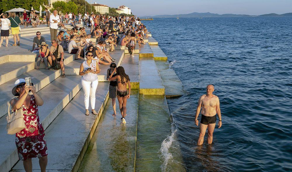 KVELDSSTEMNING: Nikola Bašić står bak det spesielle «havorgelet» i havna i Zadars gamleby.