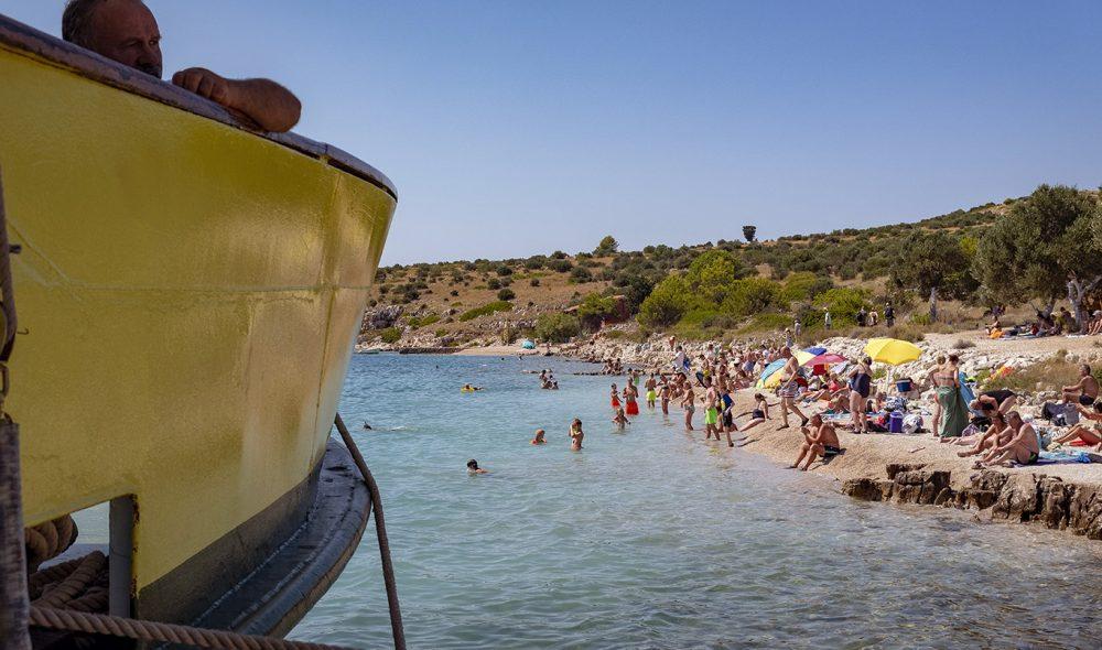 BADING: Den mest populære sysselen på havet er å bade.