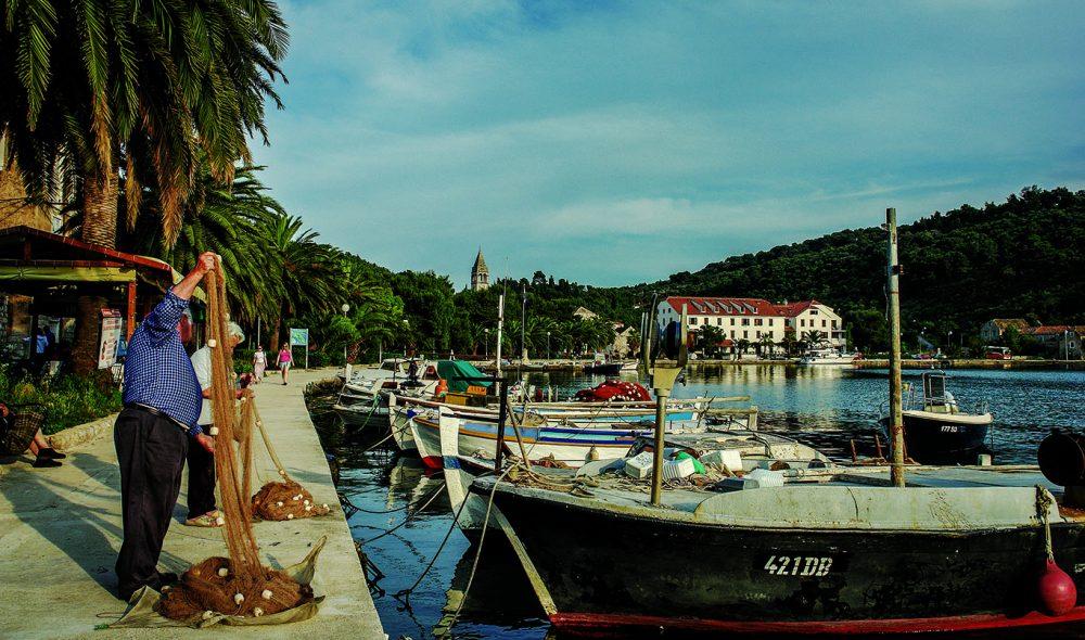 IDYLL: I den lille idylliske landsbyen Sipanska på øya Sipan like nord for Dubrovnik går lovet sin vante gang for innbyggerne.