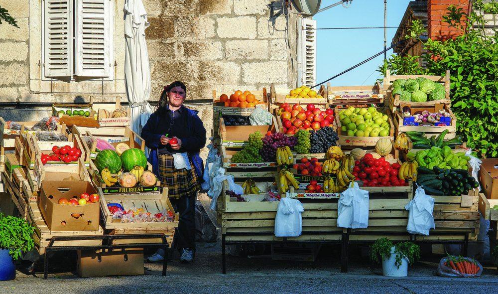 FRODIG: Markedet i sentrum av det som angivelig var Marco Polos fødeby, Korcula, har et frodig utbud av grønnsaker.