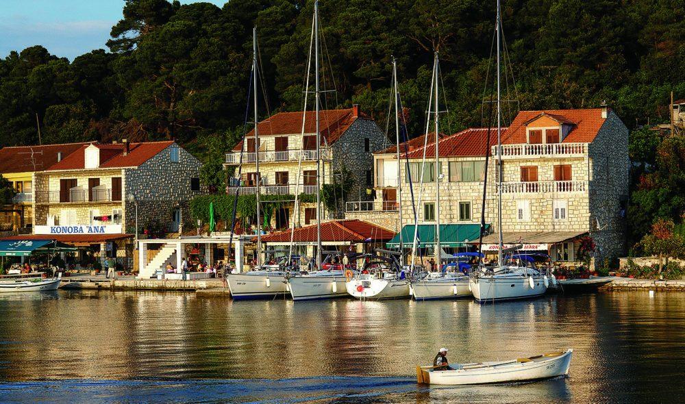 SEILERPARADIS: Seilbåtene ligger tett i mange av Kroatias kystbyhavner.