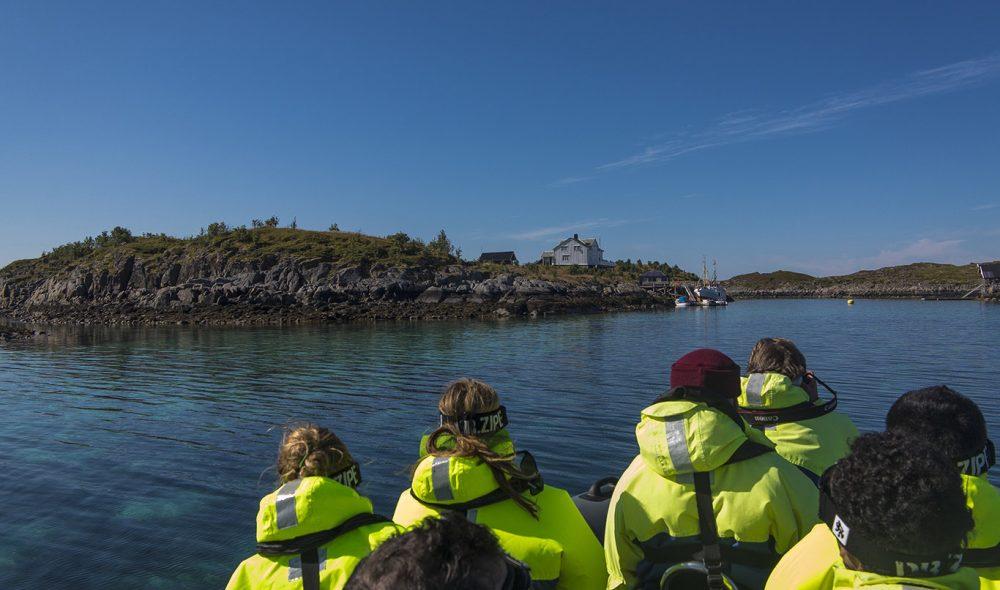 PÅ BÅTTUR: Utflukt i gummibåt er en spennende måte å oppleve kysten rundt Solvær på.