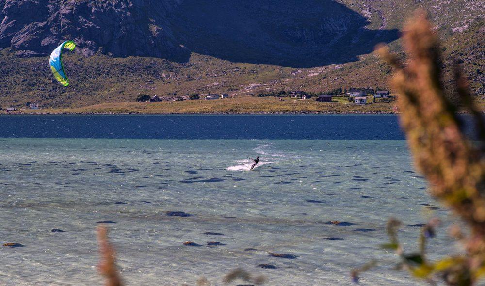 NORGESFERIE: Mange må belage seg på ferie i Norge i år.  Da kan vindsurfing i Lofoten være et alternativ. (Foto:Bjørn Moholdt)