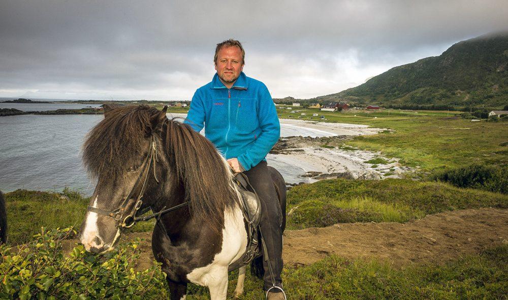 PÅ HESTERYGGEN: På  Hov Hestegård på Gimsøy tar innehaver Frode Hov deg med på turer langs stier der vikingene en gang red.