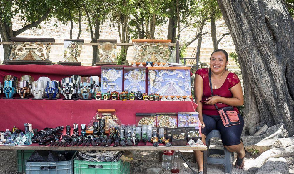 SHOPPING: Motivene på suvenirene som selges inne i Chichen Itza finner man ofte igjen i de mange bygningene inne på området.
