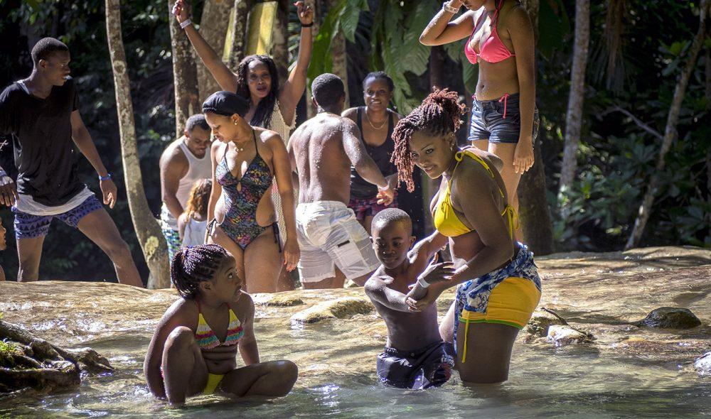 NEDKJØLING: Elven Dunn's River på øyas nordside er blant de store attraksjonene på Jamaica – en fin stopp ikke minst etter en het dag i solen.
