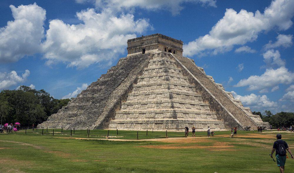 ATTRAKSJON: Det mektige Kukulan-pyramiden er det store trekkplasteret på tempelområdet i Chichen Itza i Mexico.