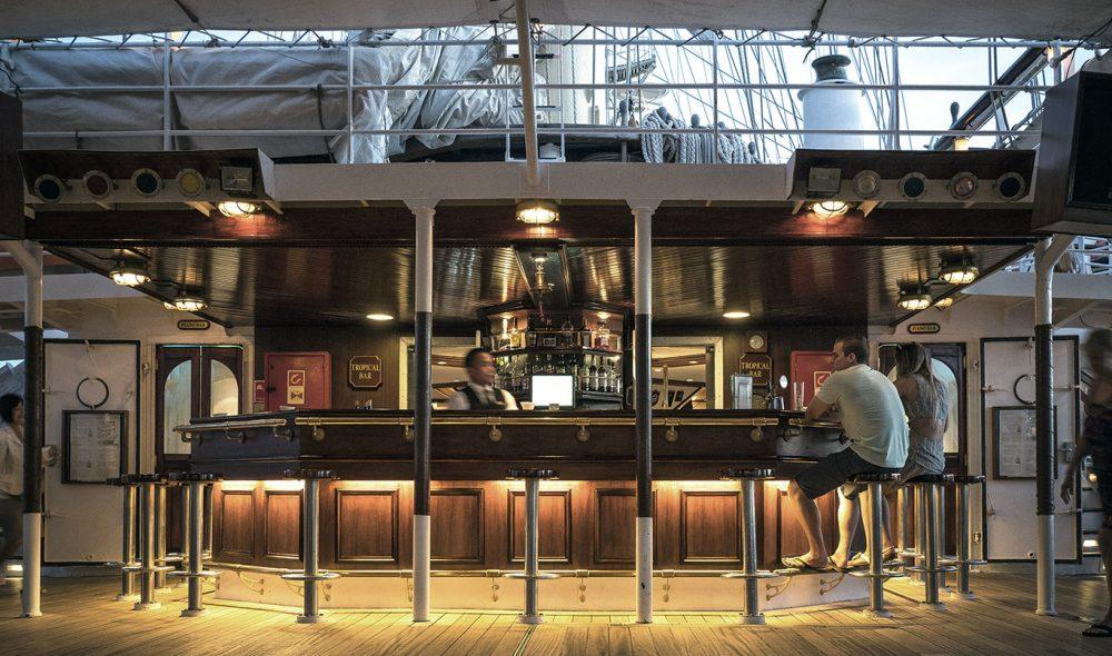 BAR: Trivelig i skipets bar på dekk.