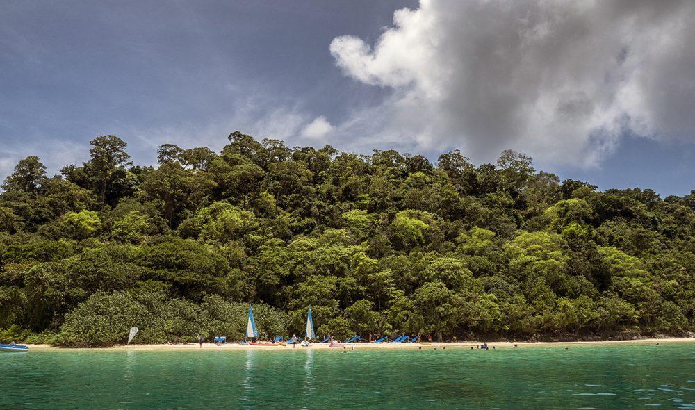 STRANDHUGG: De små Star Clippers-fartøyene gjør det enklere å komme tett på de små øyene i Andamanhavet.