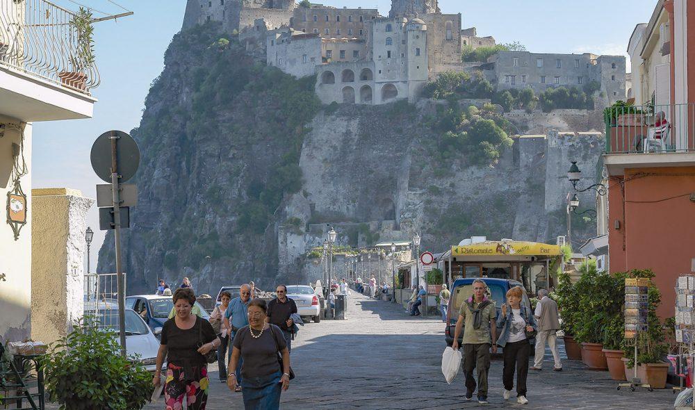 BORGEN: Den berømte aragoneser-borgen troner i bakgrunnen.