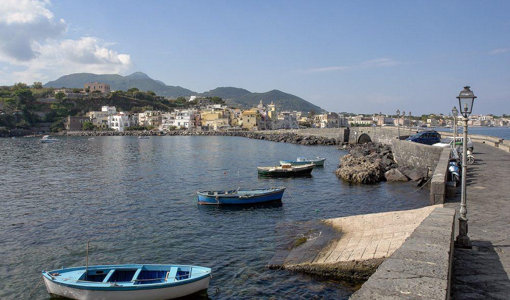 GANGVEI: Ankomstveien (t.h.) fra Ischia Ponte til aragoneser-borgen.