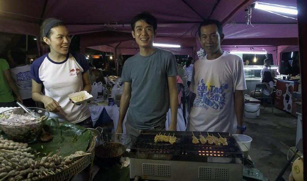 HURTIGMAT: Thaiene liker en fest, og her selges det klassisk gatemat på en av Koh Taos tradisjonelle arrangementer.