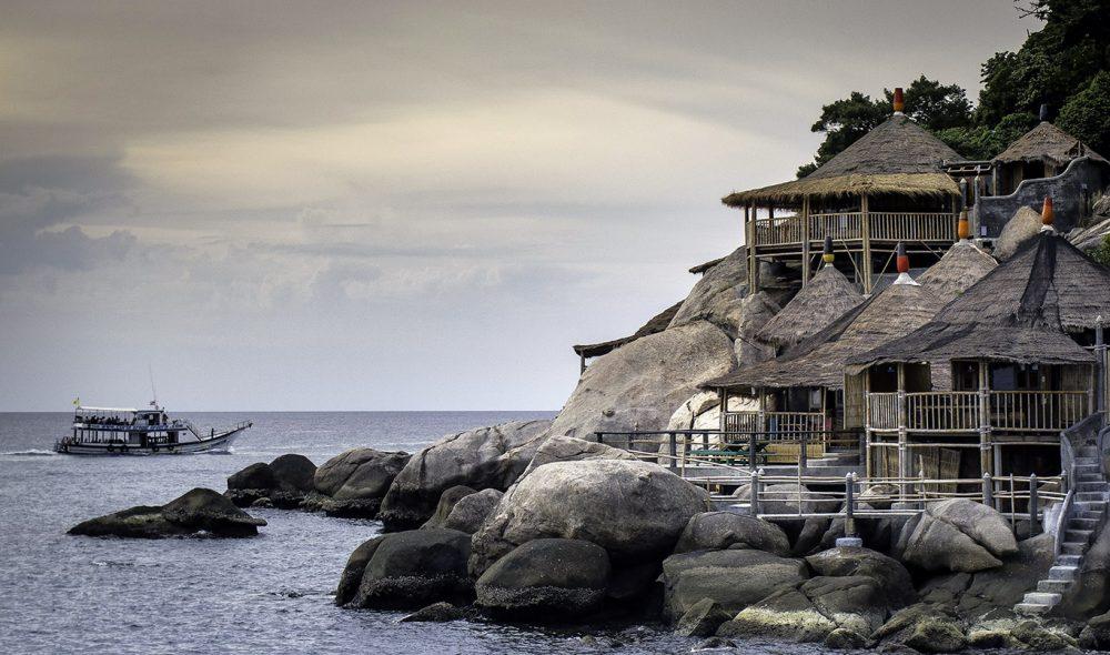 PÅ STRANDA: Noen av bungalowene på Sairee ligger helt nede på stranda.