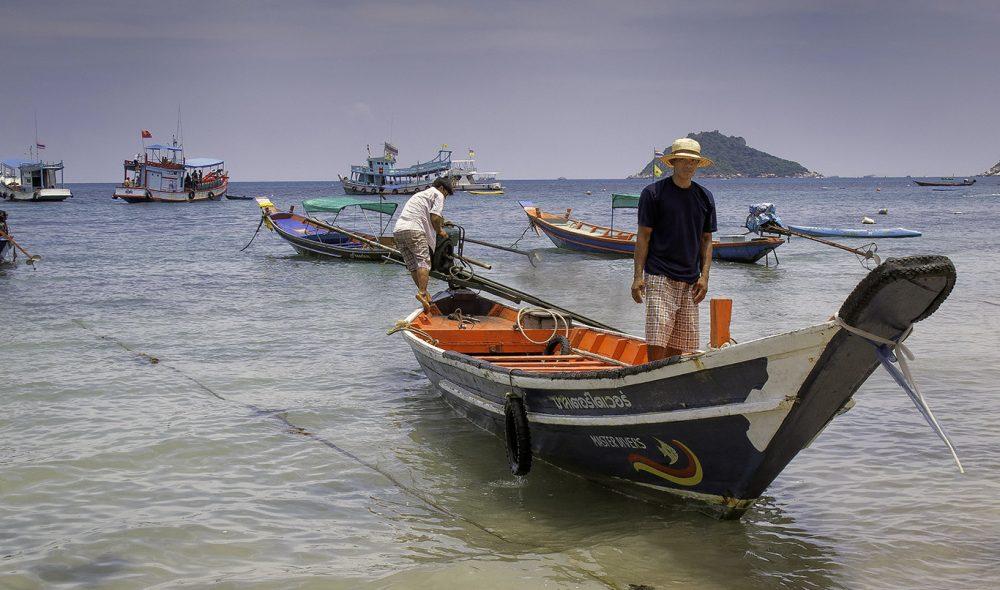 TYPISK: De tradisjonelle longtailbåtene brukes både som taxi, til fiske, sightseeing og transport av dykkere.
