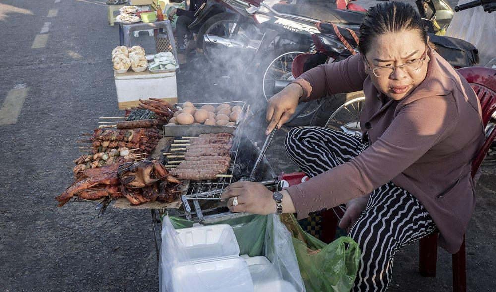 GRILLMAT: Du trenger ikke gå sulten langs Duong Dongs gater.