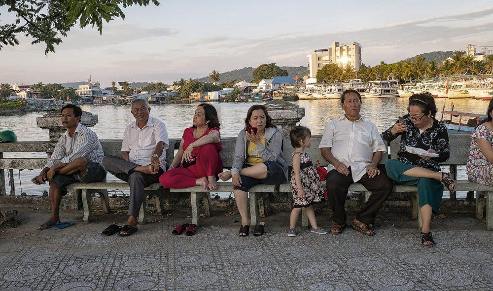 MØTEPLASS: Både gammel og ung kommer til havna for å se solnedgangen, og båtene som kommer inn.