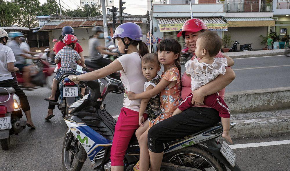 GOD PLASS: Fire er ikke for mye på mopedene i Vietnam.