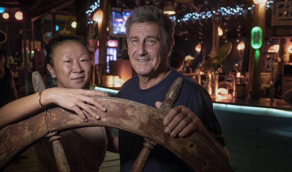 TOPP BAR: Australske Rory driver populære Rory's Beach Bar sammen med kona Yoon like ved hotellet La Veranda.