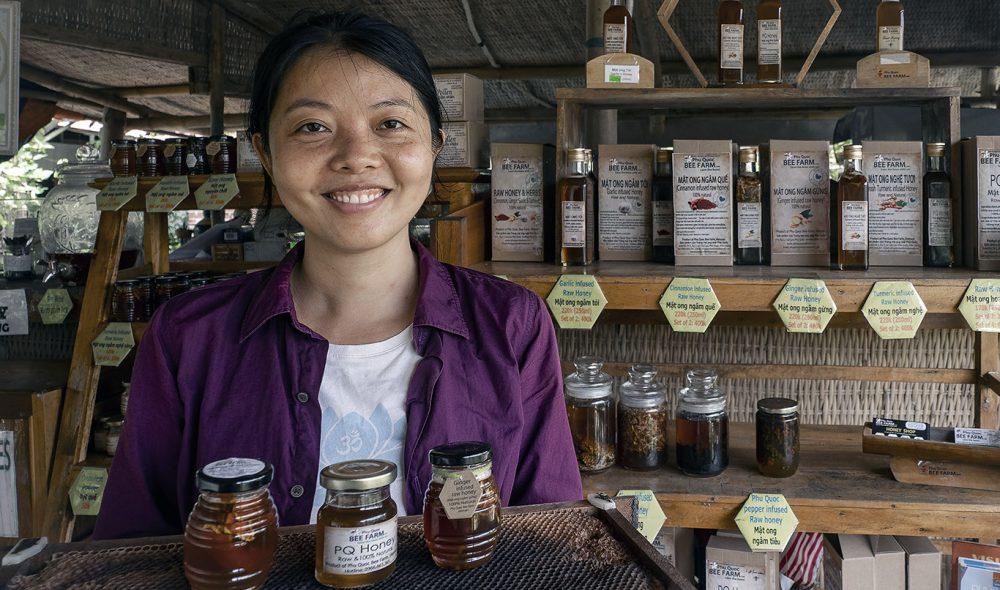 HONNINGJENTA: Linh Nhiêu på Phu Quoc Bee Farm er flink til å fortelle om bienes liv, og honningens fortreffelighet.