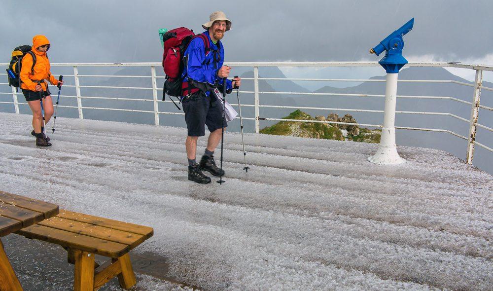PÅ TOPPEN: Haglbygen på toppen av Lagazuoi varer ikke lenge, men rekker å legge bakken hvit. Temperaturen her oppe på vel 2700 meter er fortsatt veldig behagelig.