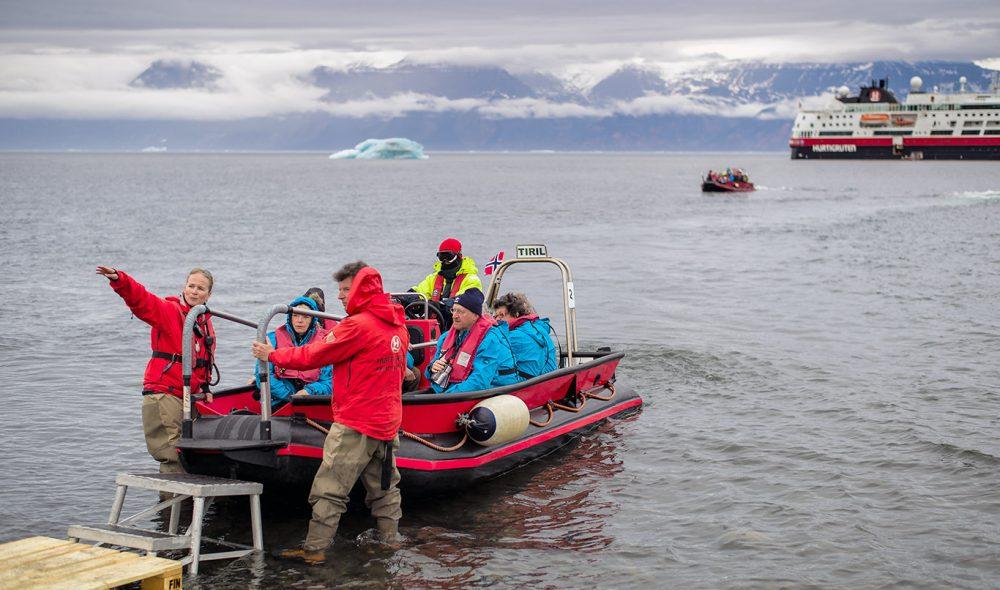 PÅ TOKT: Ekspedisjonsleder Anja Erdmann leder an under besøket til den nedlagte gruvebyen Qulissat på Diskoøya.