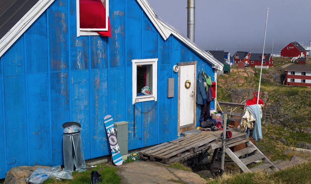 HVER SIN TOPP: De karakteristisk fargesterke husene på Grønland blir gjerne bygget på toppen av knauser der de står ut i landskapet. Ingen vet helt hvorfor. Fordi jordsmonnet er tynt, og steingrunnen hard, blir som regel det meste av rørledninger lagt over bakken.