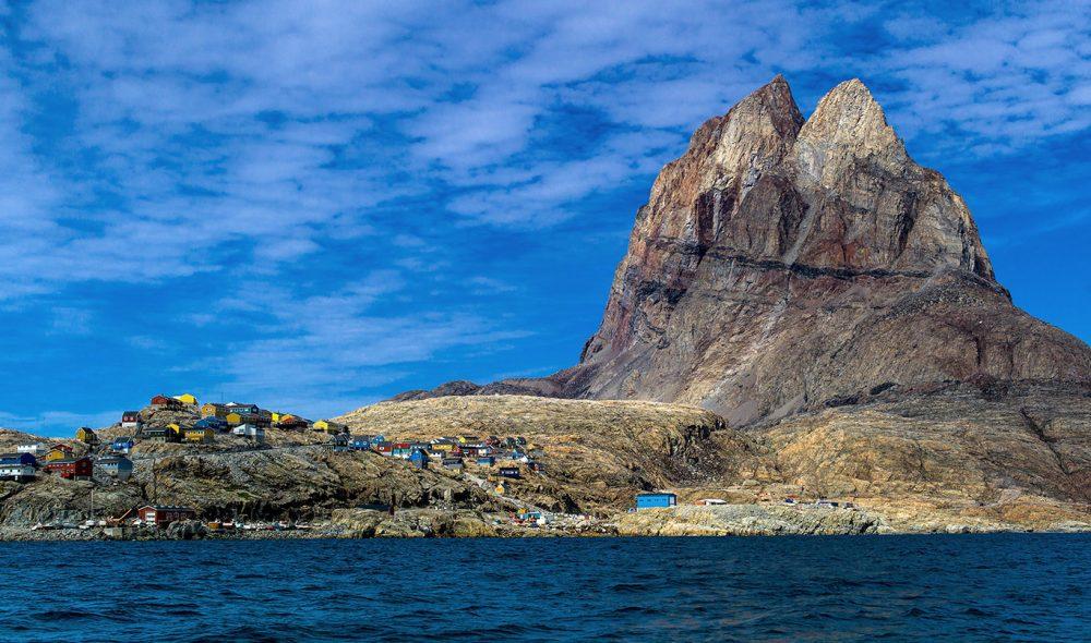 MEKTIGE FJELL: Kontrastene er store i Grønlands mektige natur.