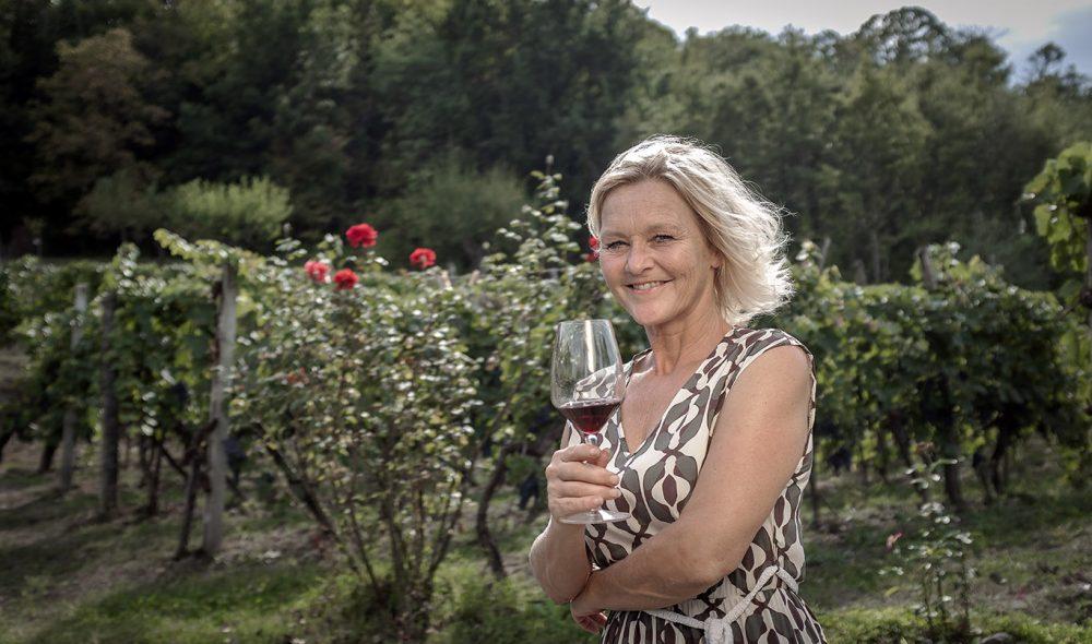 VINKJENNER: Anne Fredrikstad har etter hvert hatt mange på besøk i forbindelse med vinturene hun arrangerer.