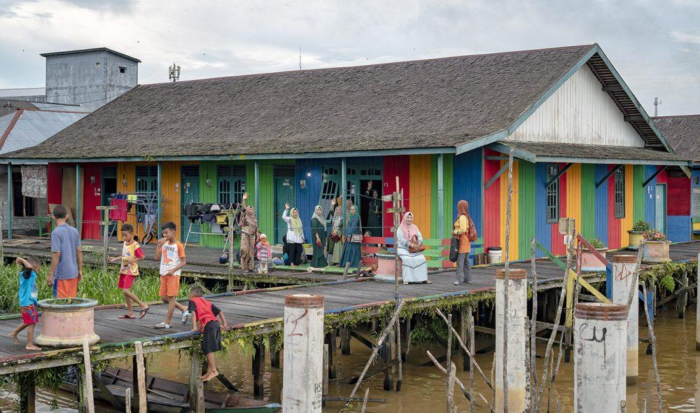 DAGLIGLIV: Havet og elvene utgjør livsnerven langs sørkysten av Borneo.