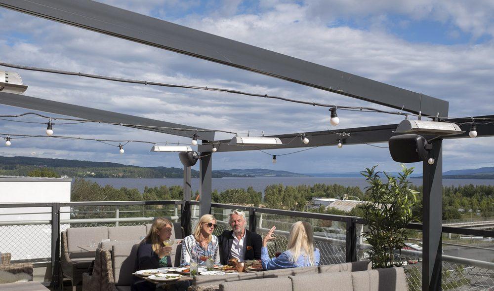 UTSIKT: Når været virkelig slår til er takterrassen på Hotel Strand blant sommerens høydepunkter.