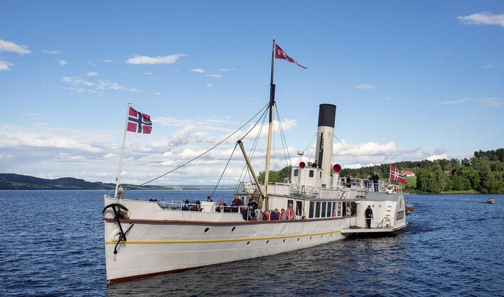DEN HVITE SVANE: På sommeren overnatter Skibladner i Gjøvik. Her legger den fra på Kapp.