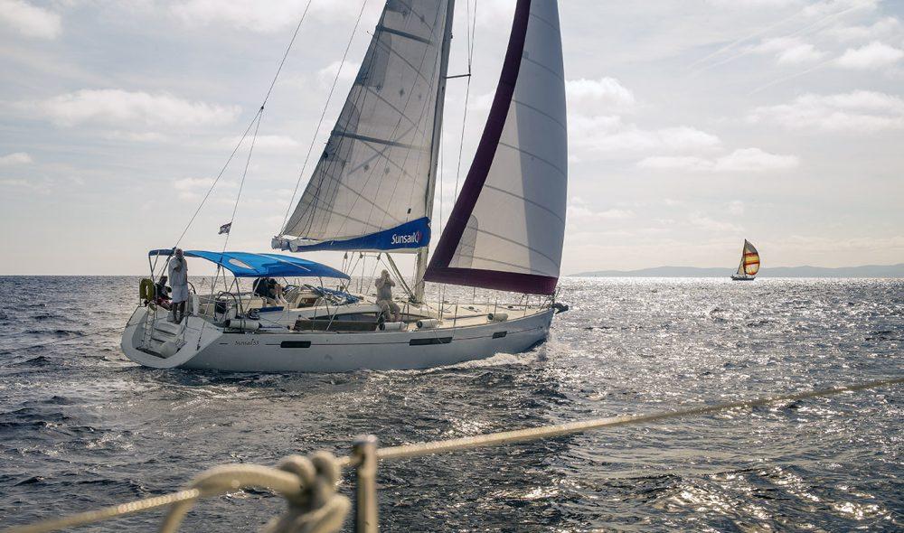 FULL FART: Med god vind i seilene på vei til Vis.