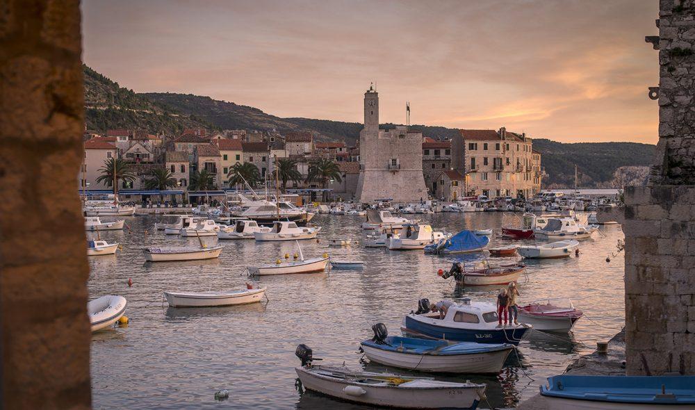 STEMNINGSFULLT: Kveldssola skaper en himmelsk stemning i Komiža havn på øya Vis.