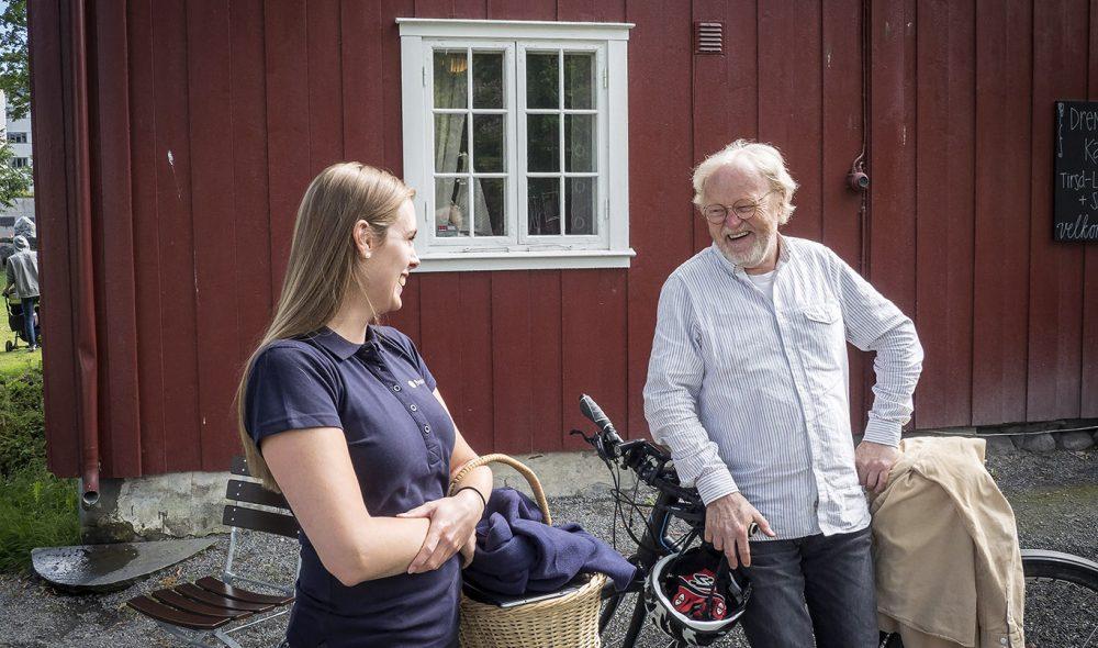 SKØYER: Latteren sitter løst når Viggo Sandvik utveksler morsomheter med guide Kristine Onsrud på Gjøvik Gård.