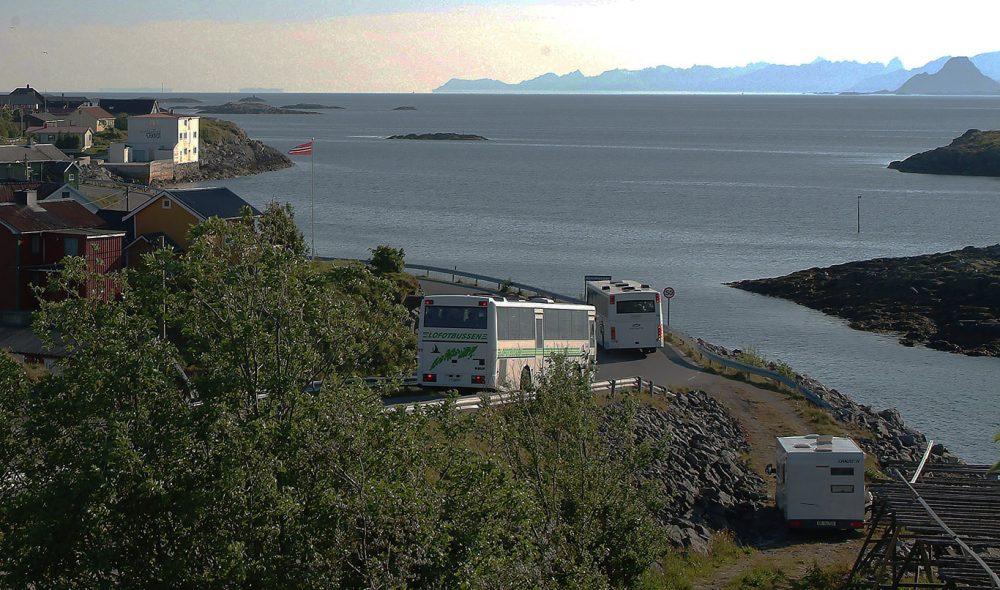 BAK STEINRØYSA: Henningsvær er forlokkende, og typisk Lofoten. Ved innkjøringen fant vi en perfekt oppstillingsplass, blant fiskehjell og fiskerikt hav, og med midnattsola midt imot.