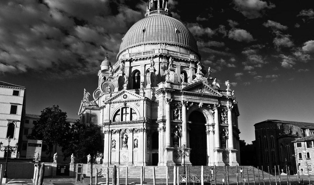 LANDEMERKE: Basilica di Santa Maria della Salute er blant Venezias mest kjente landemerker, og ble påbegynt i 1630 i til ære for jomfru Maria i håp om få slutt på en omfattende pestepidemi i byen.