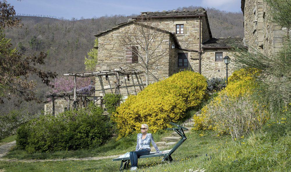 FRODIG: De gamle steinhusene skaper en flott kontrast til alle det fargerike blomsterhavet som vokser rundt den gamle middelaldergrenda.