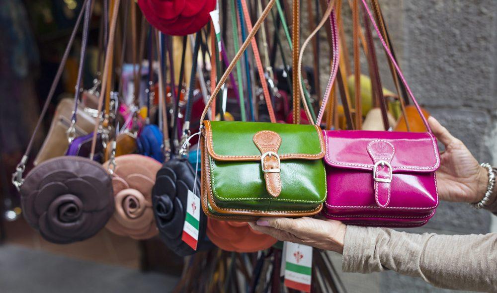 SHOPPING: I Toscana selges det mange ulike typer håndverksprodukter. Særlig populære er skinnvarer, som disse veskene på salg i Cortona.