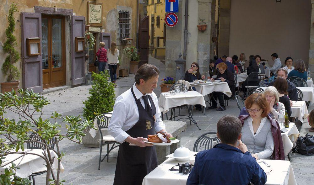 GAMMEL BY: Hovedpiazzaen i Cortona med Palazzo Communale (til høyre) er en av Toscanas eldste byers viktigste samlingssted. Cortona ble etablert av etruskerne, men er i dag mest kjent taket være den amerikanske forfatteren Frances Mayes.