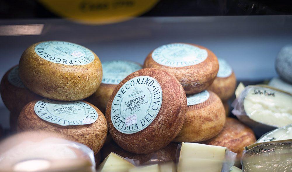 OSTEBYEN: Pecorinoosten er Pienzas store stolthet, og finnes i utallige varianter i byens osteforretninger.
