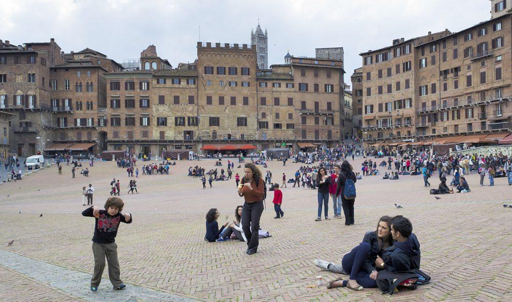 MØTEPLASSEN: Piazza del Camo er middelalderbyen Sienas kjente samlingsplass.