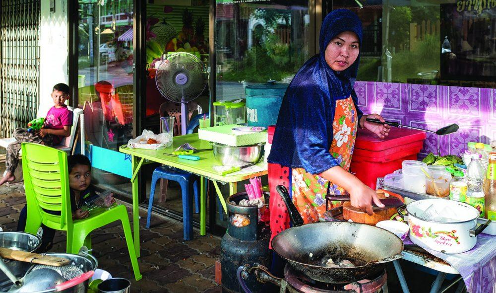 GATEMAT: Måltidene du får servert billig og raskt på landsbygda i Thailand er ofte fullt på høyde med det finner på bedre restauranter inne i byene.