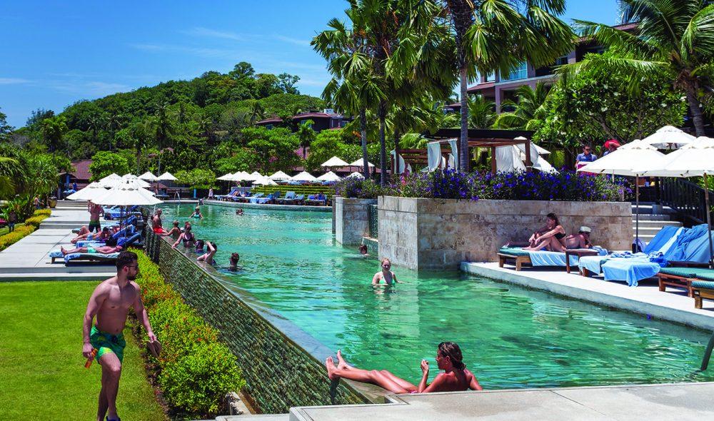 LUKSUS: Kontrastene i Phuket er til dels skrikende, mellom livet rundt bassenget på Pullman Phuket og trengselen inne i byer som Patong.