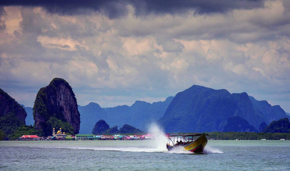 HIMLING: Det er nesten som Ko Panyee duver på overflaten innerst Phang Nga-bukten.
