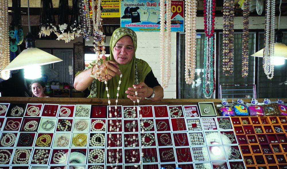 ATTÅTNÆRING: Suvenir- og smykkesalg er blitt en viktig tilleggsnæring for innbyggerne i Ko Panyee.