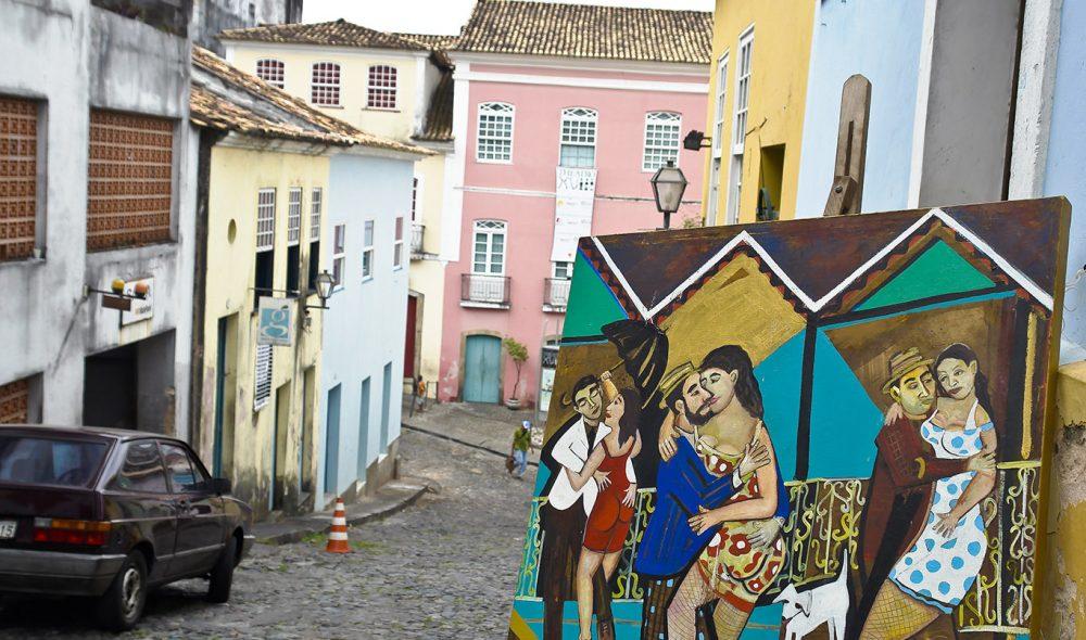 FARGERIKT: Det brukes sterke farger i utsmykningen av byen.